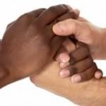 fraternité mains serrées de 2 personnes